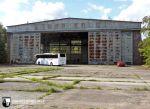 Hangar des Flugplatzes Sperenberg. Die Größe ist durch unseren davor stehenden Reisebus einschätzbar