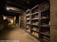 Ehemalige Verkaufsregale beherbergen Hinterlassenschaften der Weinhandlung
