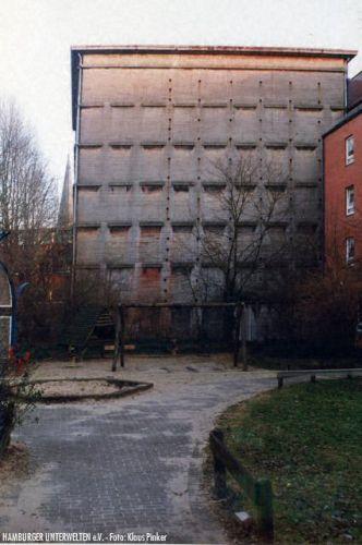 Falsche Fenstersimse am Hochbunker Carlebachstr.