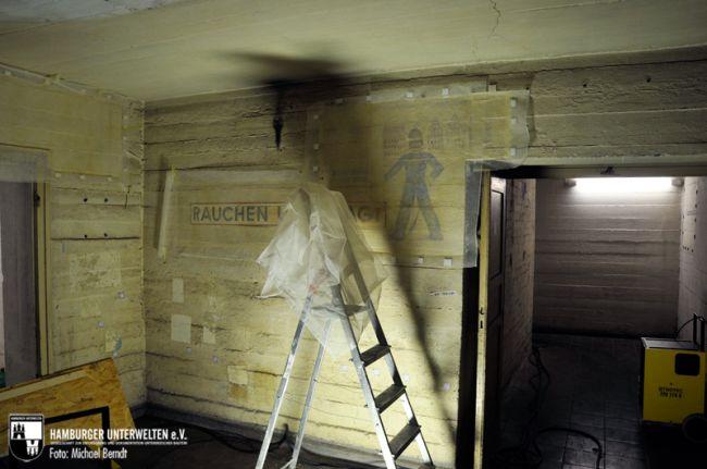 Ein Wandbild im Erdgeschoss wird vom Untergrund gelöst