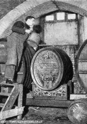 Arbeit im Weinkeller, um 1930