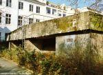 Südostansicht des Bunkers. Im Vordergrund liegt der im Frühjahr 1945 verstärkte Notausgang. Links davon sind 2 Pfeiler zu sehen, die die Deckenverstärkung tragen.