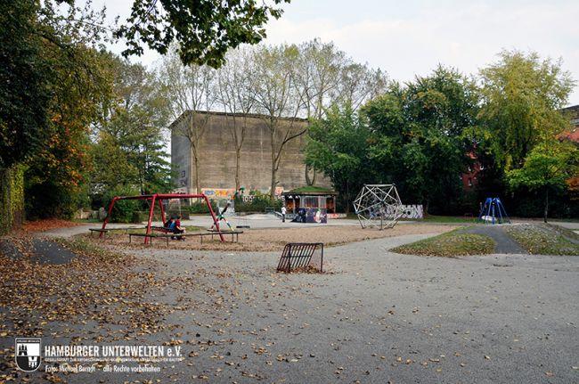 Um diesen Spielplatz verlagern zu können, soll der Bunker weichen. Der im Hintergrund erkennbare Bunker Quickbornstraße wird ebenfalls für die Werkserweiterung abgebrochen.